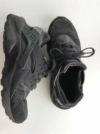 Junior black Nike Huarche trainers size 5.5