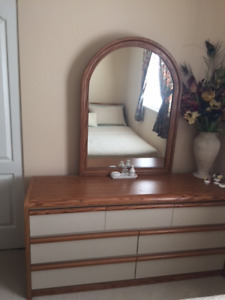 Like New 5 Piece Queen Bedroom Set