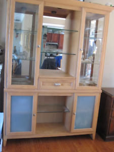dinning Table Set & Matching Display Cabnet/Hutch