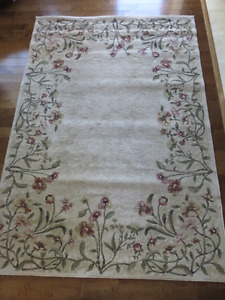 """Gorgeous area rug 5' 2"""" x 7' 6"""" (perfect condition)"""