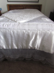 BEAUTIFUL WHITE QUILTED BED SPREAD