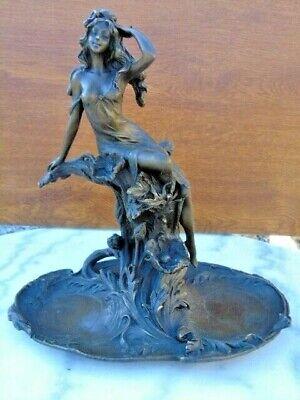 statue d une jolie femme dans les fleurs en bronze signé , plateau .