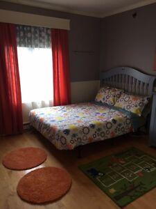Literie et décoration de chambre de garçon