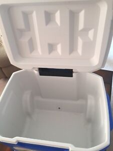 COLEMAN 60 qt wheeled cooler with retractable handle