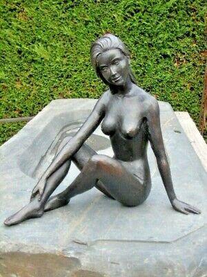 statue d une femme nue en bronze pat noir , nue en bronze   .