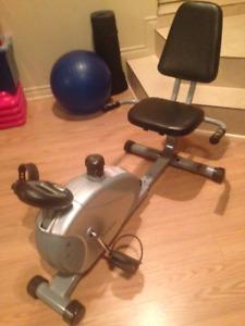 Vélo incliné avec détecteur de pouls