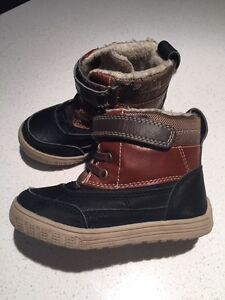 BOTTINES D'HIVERS PETIT GARCON SIZE 9 - WINTER BOOTS - LIKE NEW