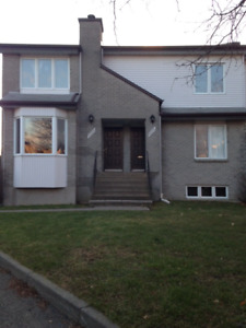 Triplex,rez- chaussé,grand 6 1/2 garage,foyer,