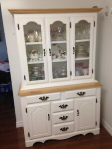 WHITE CHINA CABINET IN BEAUTIFUL CONDITION