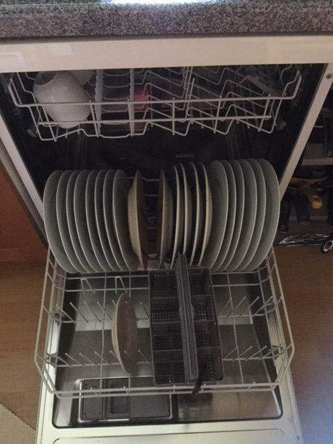 BOSH WHITE DISHWASHER FREE-STANDING IN GOOD CONDITION AND ALL IN WORKING ORDER