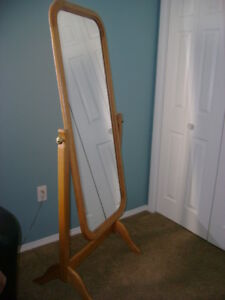 Free-standing mirror