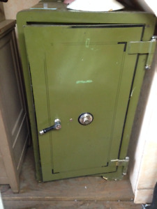 1940's SAFE ORIGINAL COMBO/ORIGINAL KEYS IN GREAT CONDITION