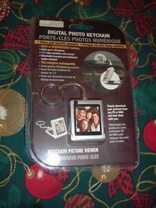 REDUCED PRICE -DIGITAL PHOTO KEYCHAIN - HOLDS 100 PHOTOS -$29.99