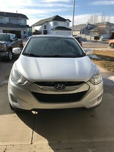 HYUNDAI TUCSON LIMITED W/ LOW KM's