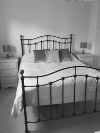 Kingsize Bed - Black metal frame