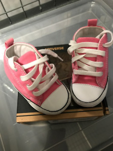 ***USED BABY GIRL CONVERSE***