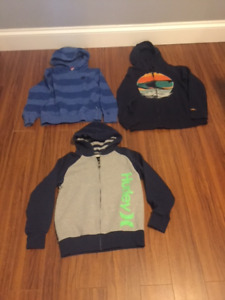 BOYS 8 TO 10.  SWEATER IN LIKE NEW CONDITION