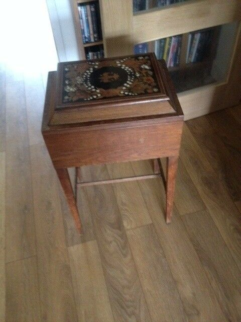 Vintage sewing box with nice inlay on the lid