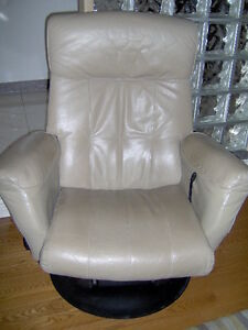 Chaise en cuir taupe avec appui jambes
