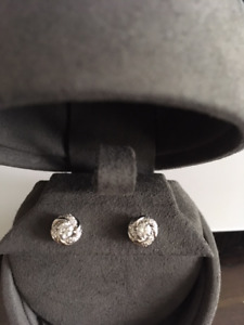 AUTHENTIC SWIRL STYLE VERA WANG DIAMOND EARRINGS(NO SCAMMERS)
