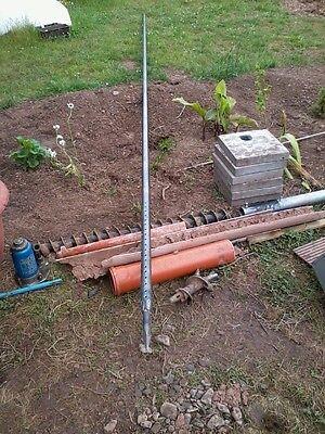 Brunnenbohrung Durchmesser 150 mm und 8 meter tief kurz vor der Verrohrung / rechtes Bild Eigenbau des Rammfilters