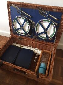 Luxury, fitted basket picnic hamper for 4 people