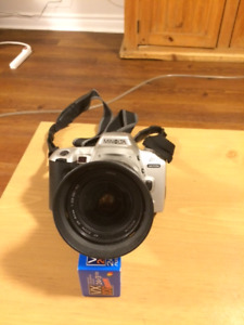 MINOLTA 35 MM. DYNAX 404 SI MAXXUM CAMERA WITH FLASH-