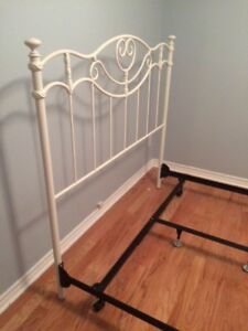 Metal  frame and headboard for a Queen sized bed in Brossard