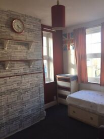 LARGE DOUBLE ROOM TO RENT ON WORCESTER PARK HIGH STREET ALL BILLS INCLUDED