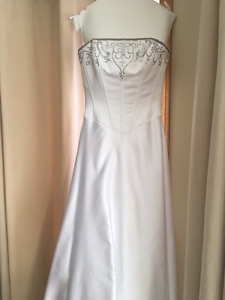 Beautiful, Fitted Alllure Bridals Wedding Dress