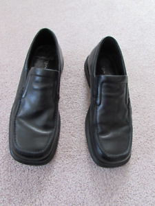 2 pairs leather shoes