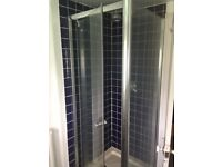 Shower screen and shower tray