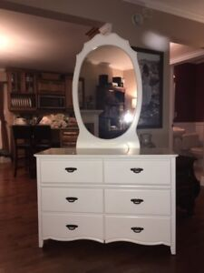 Girl's Wood (White) Six Drawer Dresser with Mirror - Like New