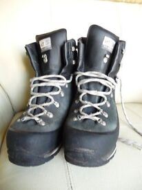 Scarpa Manta Mountaineering Boots, size mens 10 1/2.