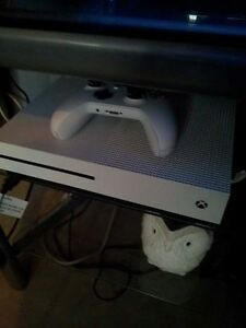 Xboxs one 3 moths old with boxs