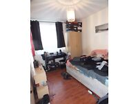 >> Double room With Balcony 5mins by walk to Bethnal Green Tube Station Zone 2 <<.