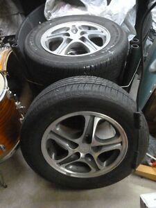 4 pneus d'été 225/60/R16 montés sur des jantes en aluminium
