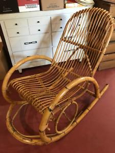 Chaise berceuse en rotin