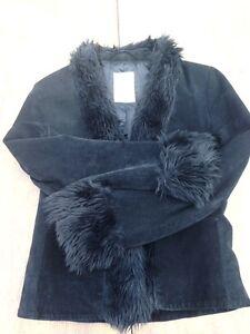Manteau à la taille en suède noir + fourrure synthétique Mango