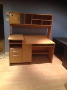 Desk with hutch / Bureau avec huche  ($90 à Pointe-Claire)