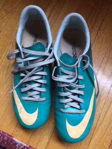 Nike Youth Soccer Shoes Size 6 but fits 5 Excellent Condition