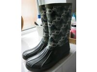 Boys camouflage rain boot size 2