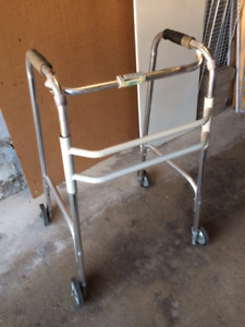 Aluminum walker, foldable, adjustable, with 4 wheels