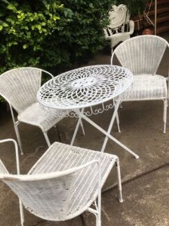 Outdoor/Garden Setting-round metal table plus 3 tub chairs, vgc