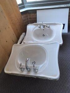 2 lavabos modèle rétro et 2 toilettes en céramique blanche