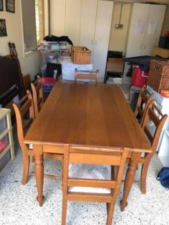 Dining room table and six chairs in good condition