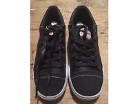 Unworn black Wrangler unisex trainer style shoe size 4