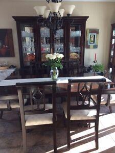 Mobilier de salle à manger avec buffet