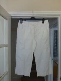 LADIES WHITE 3/4 LENGTH TROUSERS