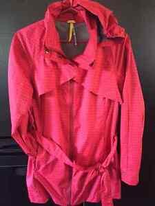 Manteau imperméable Lole rouge framboise large